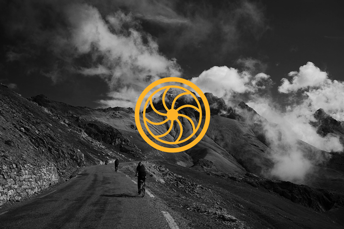 Alpaide-moving-Mockup5-logo-berg-achtergrond Alpaïde Moving