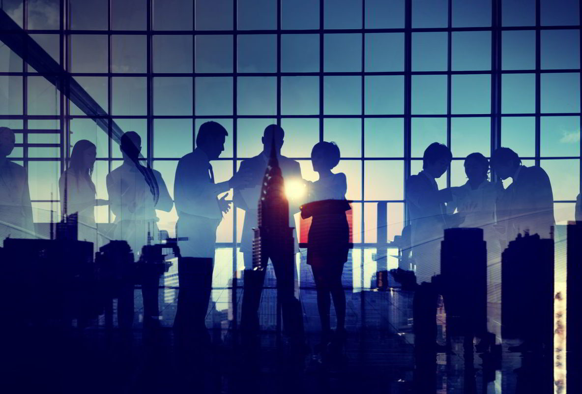 Silhouetten van zakenmensen op netwerkavond